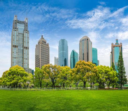 cinturón verde parque de la ciudad en el centro financiero de Shangai contra un cielo azul