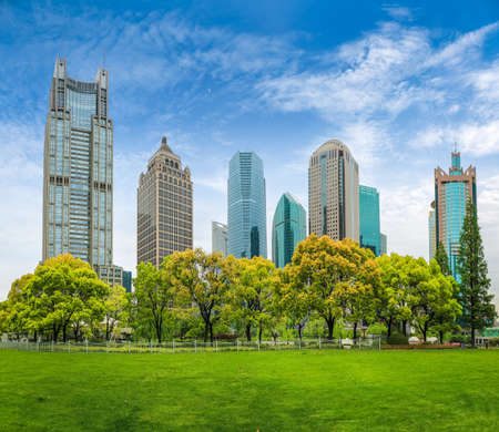 stadspark groengordel in shanghai financiële centrum tegen een blauwe hemel