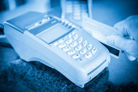 primo piano del punto di vendita della macchina con il pagamento su una carta di credito