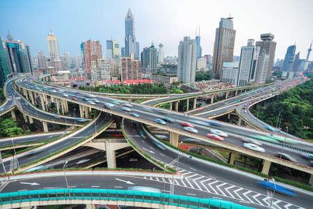 車両モーションブラーを見下ろす高架道路のジャンクションで上海し、高架道路のインターチェンジ