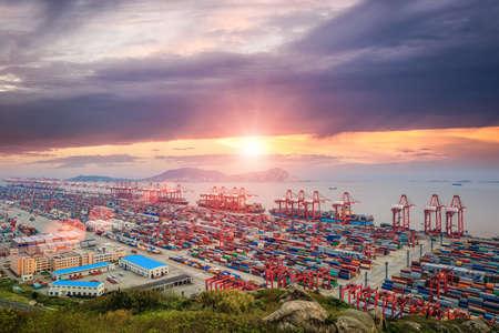 panoramisch uitzicht drukste containerhaven in zonsondergang