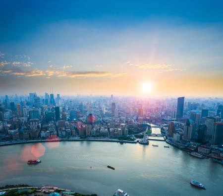 cielo azul: hermosas shanghai en la puesta de sol vista aérea del Bund y al río Huangpu