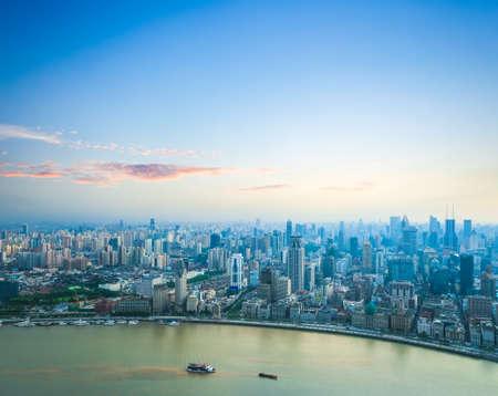 美しい上海外灘と黄浦江川の夕焼け空撮