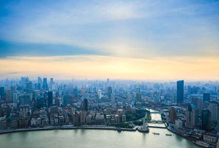上海を一望、夕暮れ時、中国の黄浦江