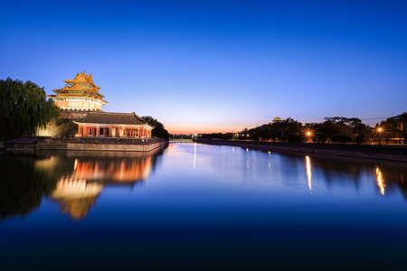 日暮れで禁止された都市のタレットと北京堀