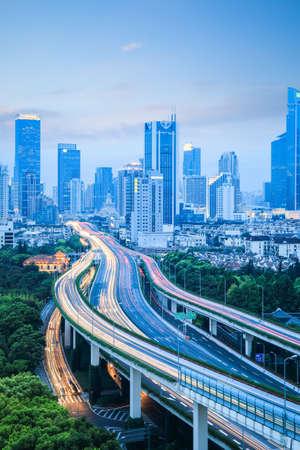 近代的な都市高架道路交通の背景は、夕暮れ時、中国上海