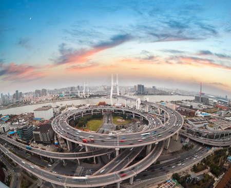 日没、中国で南浦大橋、上海の空撮