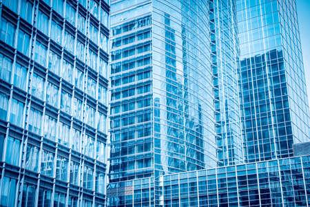 青いガラスの超高層ビル、近代的なオフィスビルを抽象化