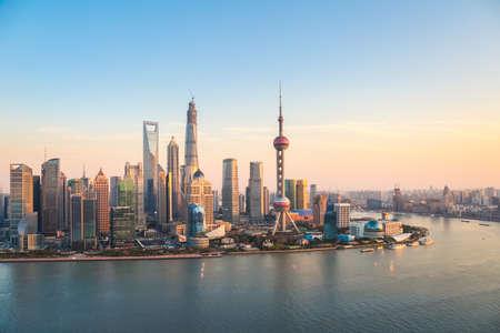 夕暮れ時に上海の浦東のスカイラインと黄浦江の川