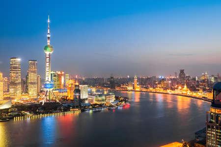 夜の明るい光で美しい黄浦江は上海、中国 写真素材
