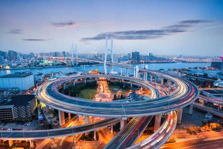 infraestructura: hermoso puente Nanpu al atardecer, cruza el río Huangpu, Shanghai, China