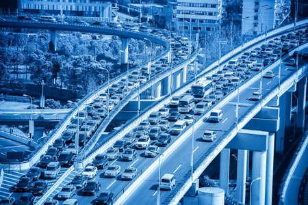 近代的な都市高速道路のジャンクションでのトラフィック ジャムのクローズ アップ 写真素材