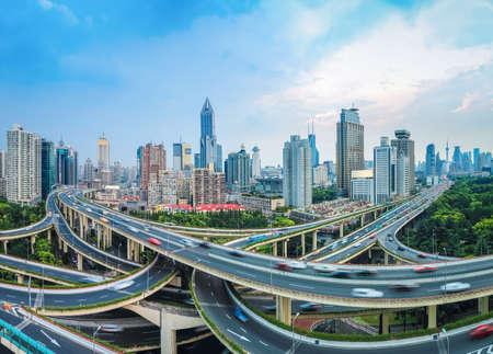panoramisch uitzicht op de stad verhoogde kruispunt in de schemering in shanghai