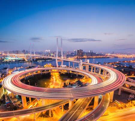 日暮れで、カラフルな上海南浦大橋