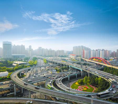 早朝のラッシュアワー都市インターチェンジ上海、中国 写真素材