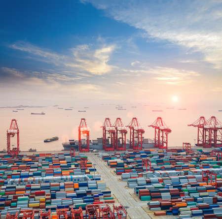 export and import: moderna terminal de contenedores al atardecer, la concurrida fondo log�stica Foto de archivo