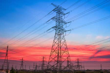 torres de alta tension: torres de energía eléctrica en subestación transformadora con una hermosa puesta de sol cielo