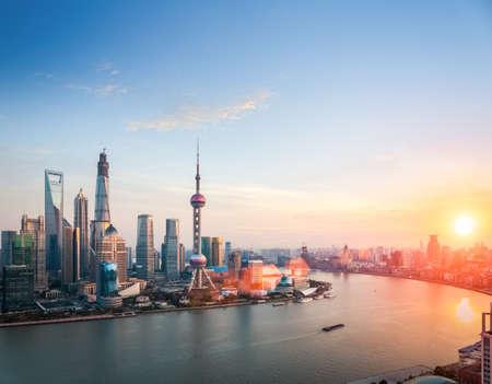 prachtige Shanghai in de schemering, huangpurivier en financiële district skyline in de zonsondergang