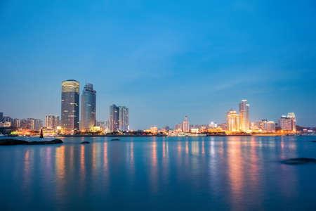 夜、美しい沿岸都市アモイ スカイラインのクローズ アップ 写真素材