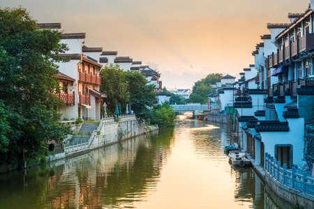 muralla china: hermosos paisajes de Nanjing del r�o Qinhuai al anochecer, China
