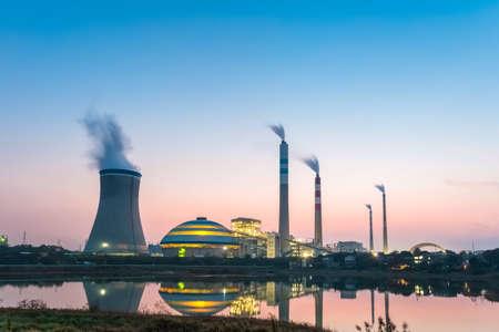 Centrale de charbon dans la nuit, paysage industriel Banque d'images - 33074413