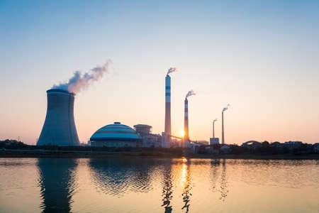 Kohlekraftwerk im Sonnenuntergang, Industrielandschaft Editorial