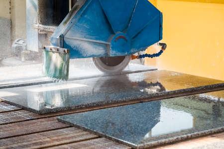 stenen snijden closeup, granieten zaagmachine in een fabriek Stockfoto