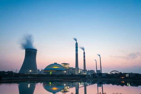 industrial landscape: centrale termica al crepuscolo, paesaggio industriale