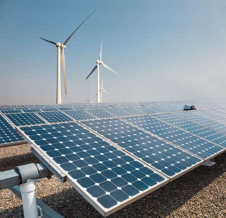 Sonnenkollektoren und Windkraftpark, neue Energie Hintergrund Standard-Bild