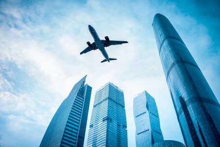 vliegtuig met modern gebouw in Guangzhou centrale zakenwijk