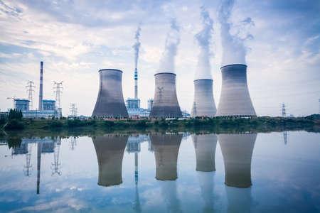 kolengestookte elektriciteitscentrale, koeltorens en de rivier oppervlakte reflectie, Jiangxi, China