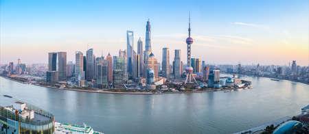 上海の夕暮れ時、中国のスカイラインのパノラマ ビュー