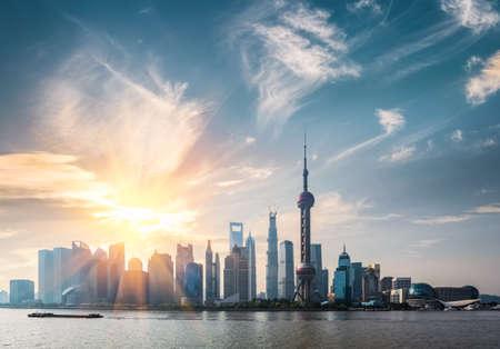 晴れた朝、上海黄浦川と浦東のスカイライン