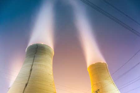 turbina de vapor: las torres de refrigeración en la noche de la planta de generación de energía nuclear
