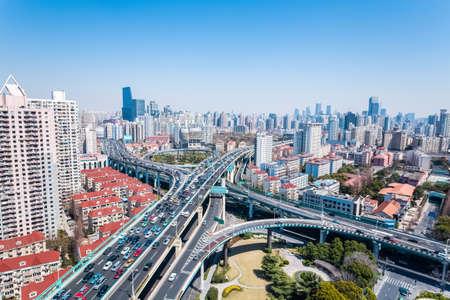 infraestructura: puente de intercambio y viaductos sobre el tráfico hora punta Foto de archivo