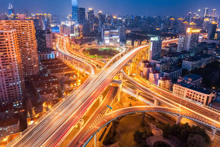 밤, 고가도로와 육교의 도시 인터체인지 상하이 스톡 콘텐츠