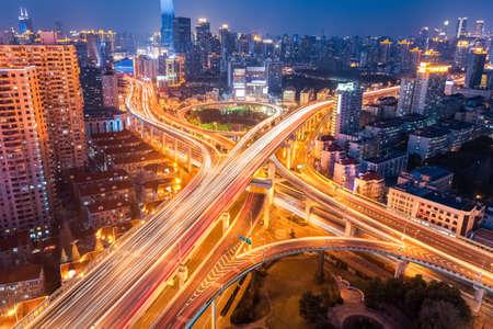infraestructura: intercambio de la ciudad en la noche, puente y viaductos en Shangai