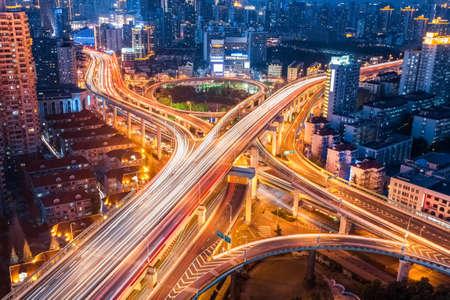 medios de transporte: ciudad intercambio cerca en la noche, el transporte hermoso fondo de infraestructura Foto de archivo