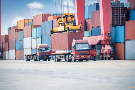 camion grua: contenedores de la grúa de carga industriales en un camión de carga de carga