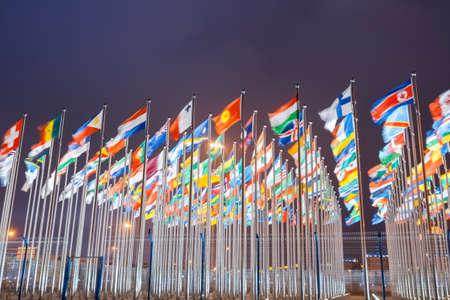 banderas del mundo: banderas nacionales de países de todo el mundo en la noche Foto de archivo