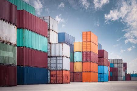 hromada kontejneru v nákladní dvoře proti modré obloze, doprava pozadí