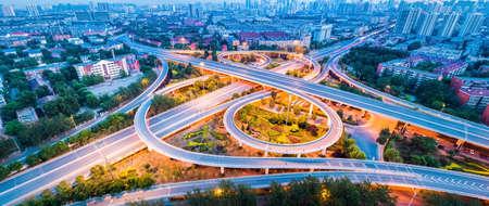 夕方には、天津市インターチェンジのパノラマのクローズ アップを陸橋します。 写真素材