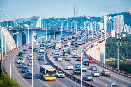 交通: 優雅な曲線形状、厦門、中国で橋の上の交通渋滞のクローズ アップ