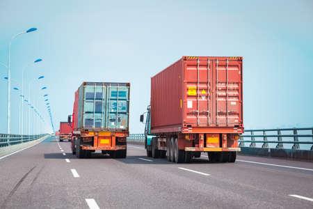 Camions porte-conteneurs sur le pont, moderne logistique intermodale fond Banque d'images - 46384137