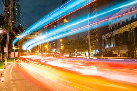 bewegung menschen: bangkok cityscapeof Lichtspuren mit verschwommenen Farben auf der Straße in der Nacht, Thailand Lizenzfreie Bilder