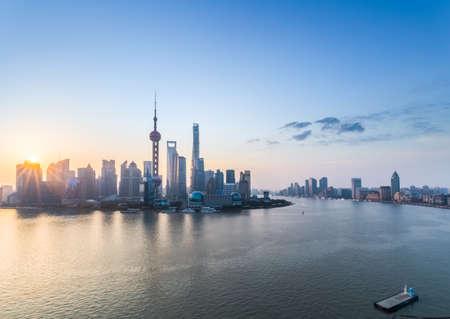 美しい日の出、浦東のスカイラインと黄浦江、中国の上海します。