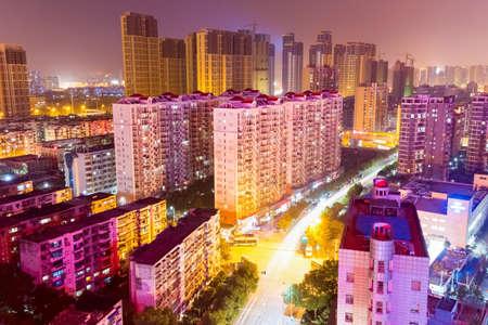 quartier résidentiel avec rue de la ville la nuit à Wuhan, Chine Banque d'images