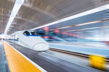 Hogesnelheidstrein in het moderne treinstation met motion blur