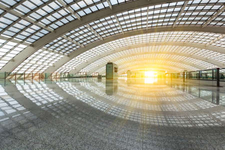 treno espresso: bright futuristic building of airport express train station in beijing, China Editoriali