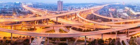 夜、南京の都市高速道路のジャンクション市インターチェンジのパノラマ ビュー
